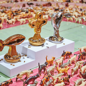 竹川宣彰『猫オリンピック:開会式』(部分)2017年 陶製人形、木、鉄、陶製タイル95×421.3×302 cm展示風景:「猫オリンピック:トラジロウの思い出」オオタファインアーツ(上海)2017年 Courtesy: Ota Fine Arts, Tokyo 撮影:ボヨン・ドロン