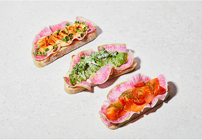 フムストースト¥480、アボカドトースト¥500、サーモン&クリームチーズトースト¥530