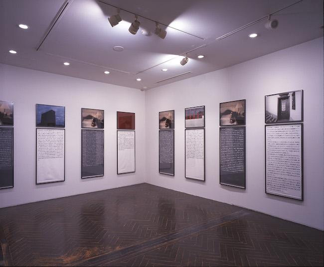 「ソフィ カルー限局性激痛」1999-2000年 原美術館での展示風景(© Sophie Calle / ADAGP, Paris 2018 and JASPAR, Tokyo, 2018)