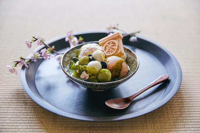 季節の素材を使ったあん、アイスクリーム、あんチーズホイップに、お茶を練りこんだ自家製の寒天と2色の白玉、もなかを盛り合わせ、目の前で濃厚な煎茶蜜をかける「カネ十あんみつ」¥750(税込)