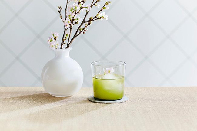 通常仕分けされる葉や茎も含んだ柔らかく芳醇な緑茶に、桜の花と桜の葉をブレンドした「桜煎茶」¥950(税込)