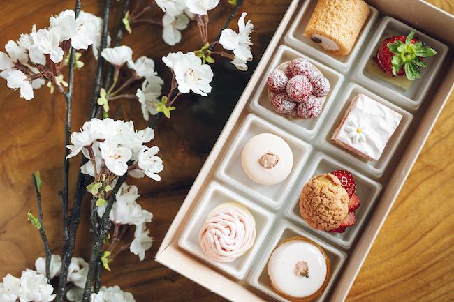 「さくら弁当」(さくらモンブラン、さくらロールケーキ、さくらマカロン、さくらムース、苺のショートケーキ、苺のシュークリーム、苺チョコレート、ラズベリータルト)¥3,200