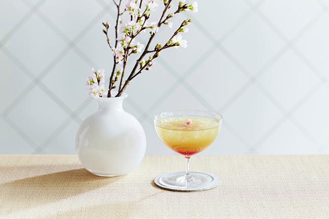 季節の桜煎茶、桜シロップ、酸味のあるりんごジュースを3層に仕上げた見た目めも美しいモクテル「カネ十スプリングオペラ」¥1,050