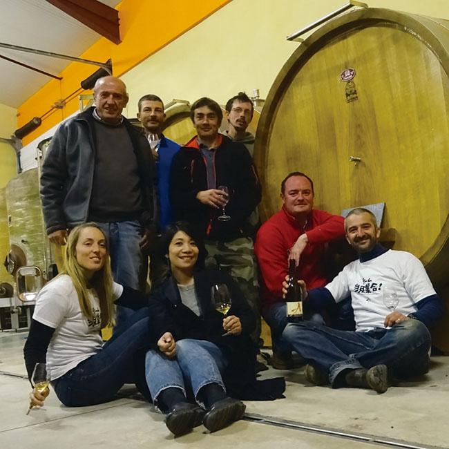 手塩にかけたワインが眠る、アレクサンドル・バンの醸造庫での1コマ。中央が鈴木さん。