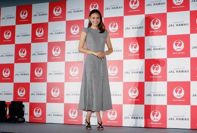 記者発表に登場した、JAL HAWAIIのイメージキャラクター長谷川潤