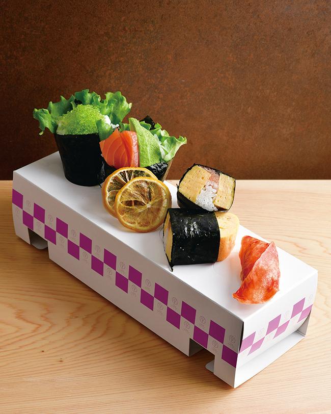 手前から自家製ドライトマト(¥170)、特製玉子焼きロール( 明太子入り。¥320)、冷製スモークサーモン&アボカド(¥ 320)、とびっ子(¥220)。ガリの代わりにドライレモンを。