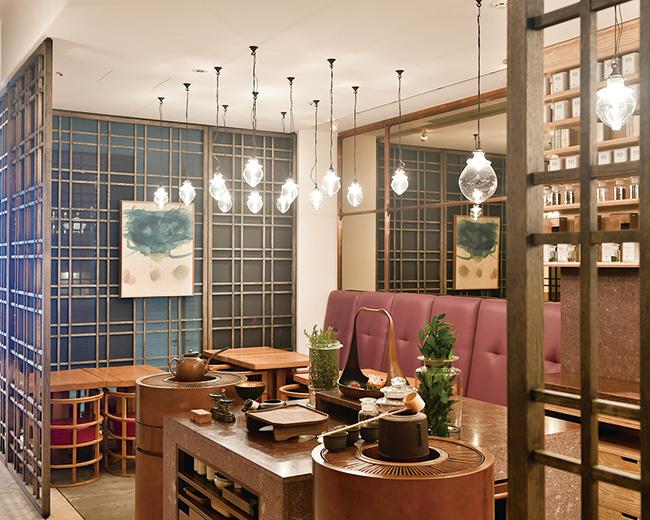 """""""陰陽五行""""がテーマの自然素材を用いた空間は、オーナーでありクリエイティブデザイナーとして著名な緒方慎一郎さんが手がけた。"""