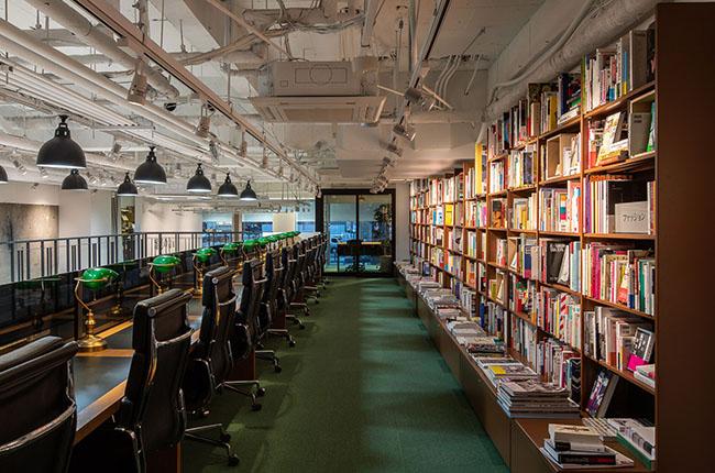じっくり本に没頭できる閲覧室。