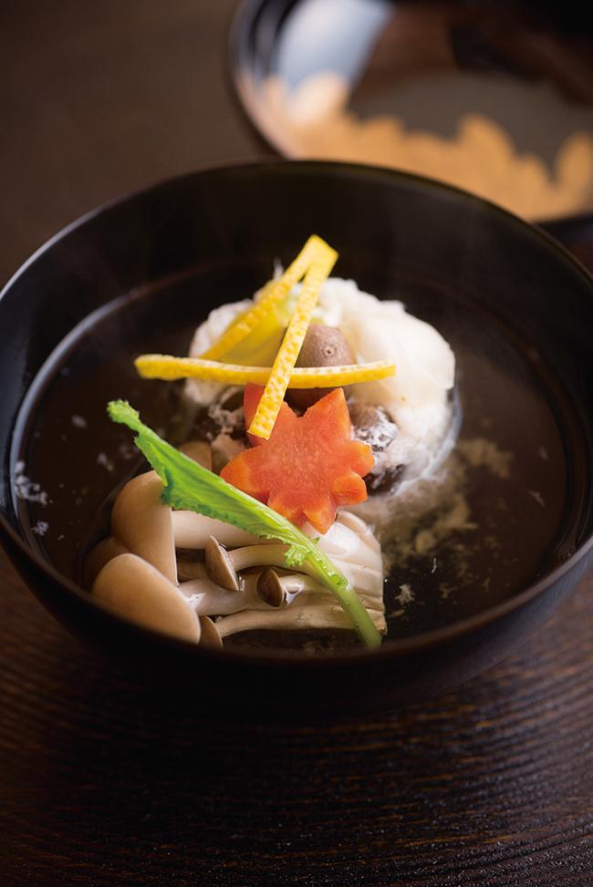 9品のコース(¥13,000)のお椀、この日は「甘鯛の蕪蒸し」。素材の甘味が引き立つよう、定番の餡でなく真昆布・鮪・鰹をブレンドしたお汁でいただく。