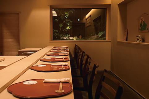 坪庭を望める空間は京都在住の建築家・木島徹さんが設計。カウンター席のほか、2Fには個室が3つ。予約してから訪ねるのが安心。