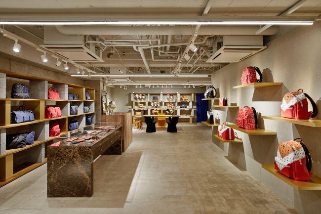 2階フロア。「MCM」のブランド哲学を商品を通して表現