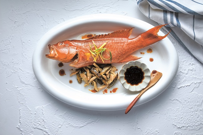 「Traditional Steamed Seasonal Fish」80年代の手法を復刻した蒸し魚料理 ©︎Alice Ngan