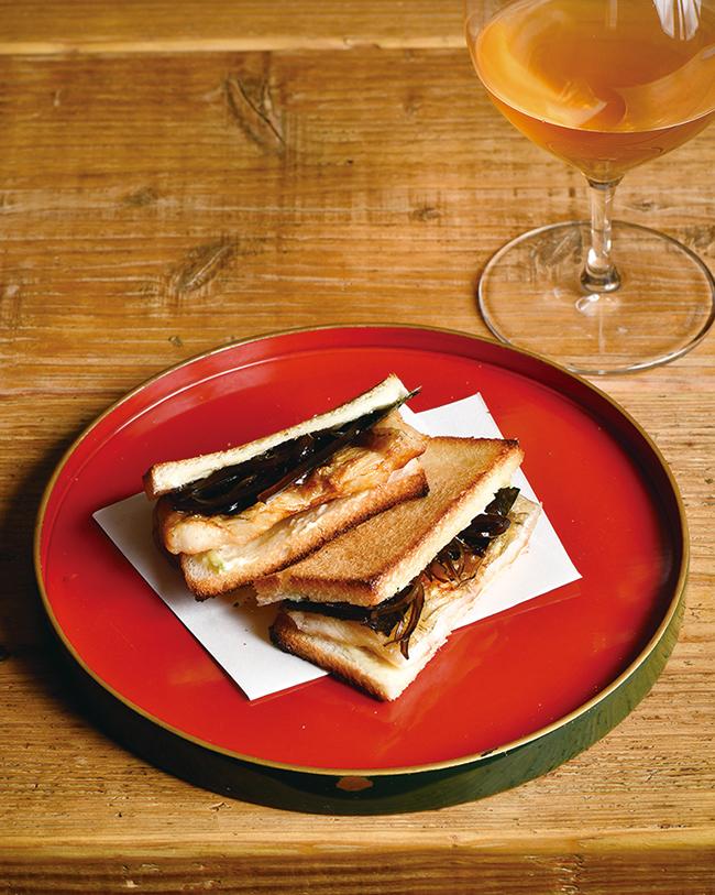 酒を吹きかけて焼きあげた穴子と昆布の佃煮、わさびクリームチーズ、海苔を薄切りトーストで挟む「焼穴子サンド」(2切れ ¥1,500)。香ばしくもフワとろな食感の穴子、幸せ。