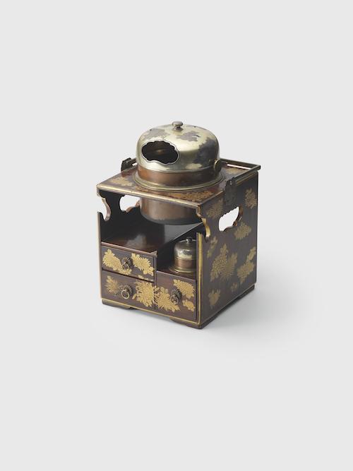 菊蒔絵煙草盆 江戸時代後期 19世紀 サントリー美術館 Photo: 岩崎寛  Tobacco tray with design of chrysanthemums Late Edo period, 19th century, Suntory Museum of Art, Photo: Iwasaki Hiroshi