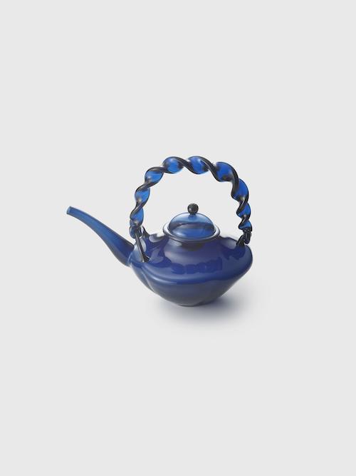 藍色ちろり 江戸時代中期 18世紀 サントリー美術館 Photo: 岩崎寛  Indigo-blue saké ewer Mid Edo period, 18th century, Suntory Museum of Art, Photo: Iwasaki Hiroshi