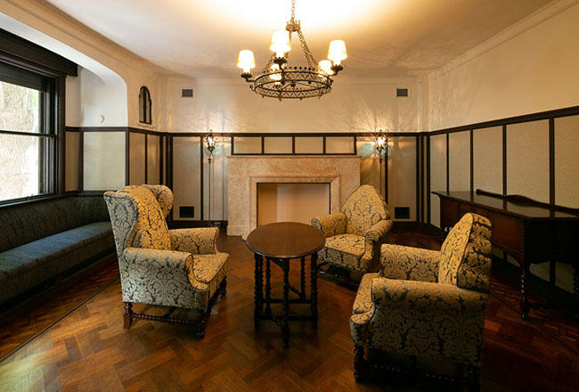 邸宅で使用されていたアンティーク家具を配した、重厚感あるクラシカルルーム。