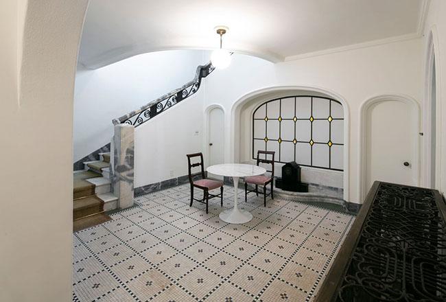 ヨーロッパのホテルのような、ホール。大理石や特徴的なアーチのシェイプと手すりに施された蔓のようなデザインなどがスパニッシュ様式らしい。