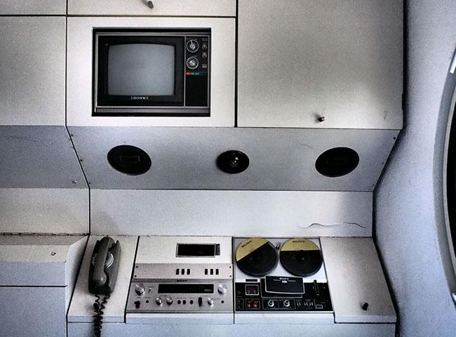 当初、各カプセルには最新鋭の電話やオーディオ機器などが備え付けで装備されていたそう。