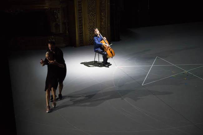 「我ら人生のただ中にあって/バッハ無伴奏チェロ組曲 」より ©Anne Van Aerschot