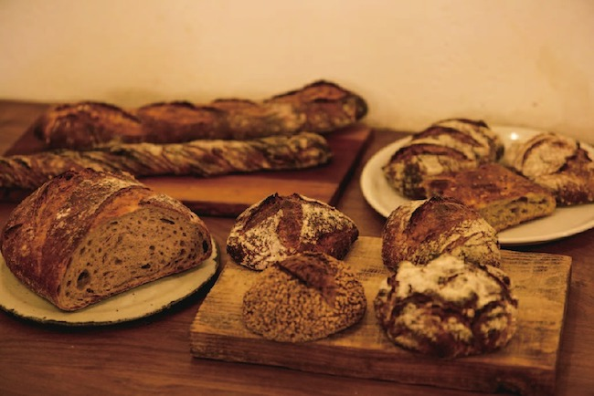 パンはハード系が中心で、寝かせず挽き立ての小麦粉を使ったものも。