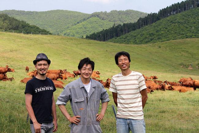 岡本英史(右)、レフェルヴェソンスの生江史伸シェフ(左)。「いわて短角牛」生産者の柿木敏由貴とともに。