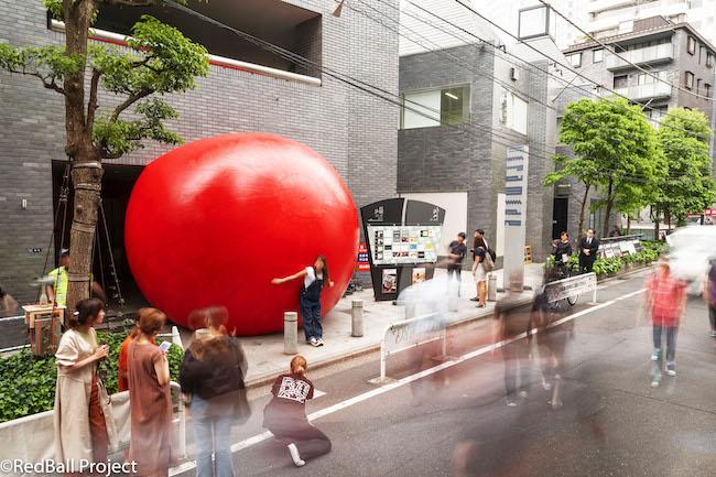 カート・パーシキー『RedBall Project』(レッドボール・プロジェクト) Photo: Brit Worgan