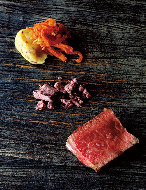 「十勝若牛のグリル」。滋賀県の生産者に寄り添う肉屋「サカエヤ」の新保さんが、14ヶ月齢の十勝若牛を熟成かけたもの。サツマイモのピューレと柑橘のピール、エシャレットのフリットにスモークパプリカを付け合せに。