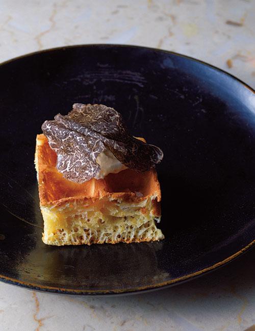 ひと皿目に登場する「トリュフのワッフル」。フレッシュトリュフとトリュフ塩、トリュフクリームにトリュフオイルと、贅沢にトリュフを練り混んだワッフル。