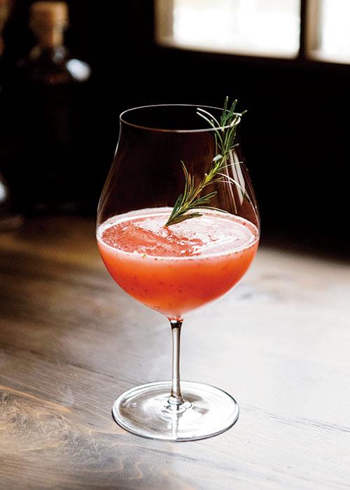 ミラベルといちごのカクテル¥1,600。ミラベルは仏・アルザス産の西洋すもも原料のブランデー。とちおとめを使ったカクテルは、ラベンダーの清涼感ある香りがアクセントに。