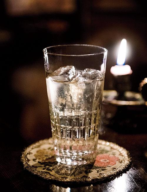 軽快で飲み心地のよいコニャックシュウェップス¥1,540。日本ではあまり知られていないが、現地では食前酒としてポピュラーなのだとか。