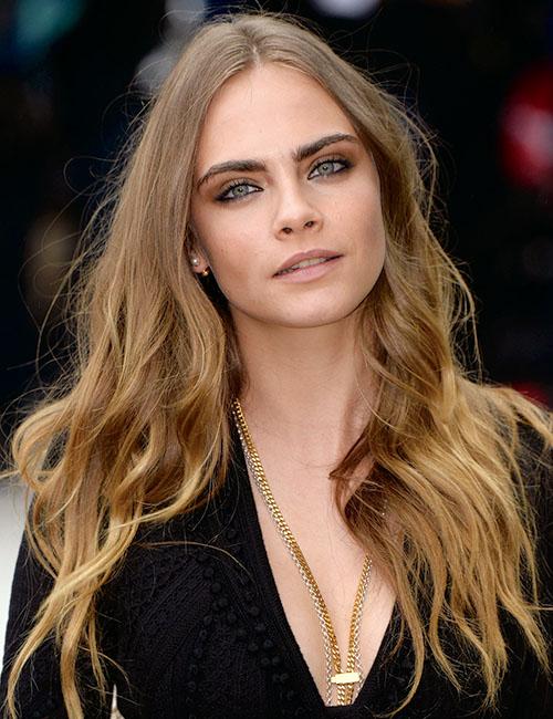 """""""太眉""""をフレッシュに見せ、モードなブームを巻き起こしたのはモデルのカーラ・デルヴィーニュ。©starmaxinc.com/Zeta Image"""
