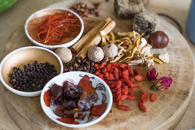 """薬膳酢用食材。クコ・ナツメは、見た目の可愛らしさに加え、効能が高く""""薬膳のプリンセス""""と呼ばれる。"""