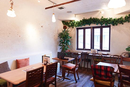 """お店の内壁は珪藻土にわらスサを混ぜたもの。空気を浄化して湿気も吸うという""""呼吸する壁""""。"""