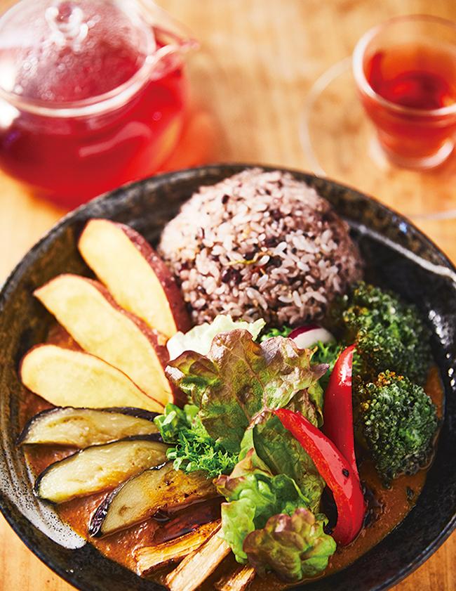 揚げ野菜を乗せた「かくらカレー」(¥1,500)はこの時季弱りがちな脾(消化器系)を整える。茶葉は全て独自ブレンド(¥700)。