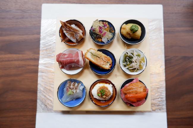 「生ハムマンゴー」、「あん肝と平目」、「焼きおにぎり牛ロース雲丹」など、コース料理の前菜