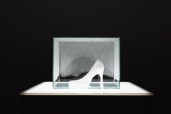「ゆらぎ」より、 宮永愛子『夜に降る景色 ―靴―』(2014)  ©MIYANAGA Aiko, Courtesy of Mizuma Art Gallery