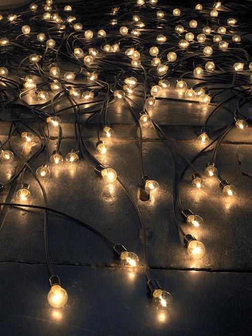 『黄昏』 2015 / ソケット、電球、電気コード / 作家蔵  © Christian Boltanski / ADAGP, Paris, 2019, © Oude Kerk, Amsterdam, Photo by Gert Jan Van Rooij