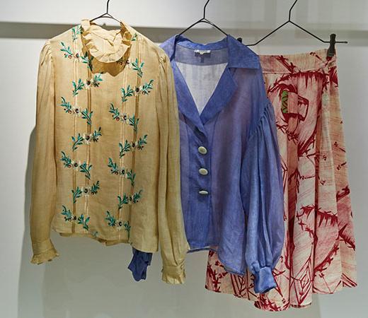 左から、刺繍のブラウス¥25,000、イヴ・サンローランのジャケット¥50,000、プリントスカート¥12,000。スウェットやデニム、アクリル樹脂製バッグ、エルメスなどのヴィンテージバッグも揃う。