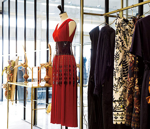2019年春夏シーズンのテーマ「縄文時代」に人々がよく身に着けていた赤を取り入れたドレスが目を引く。