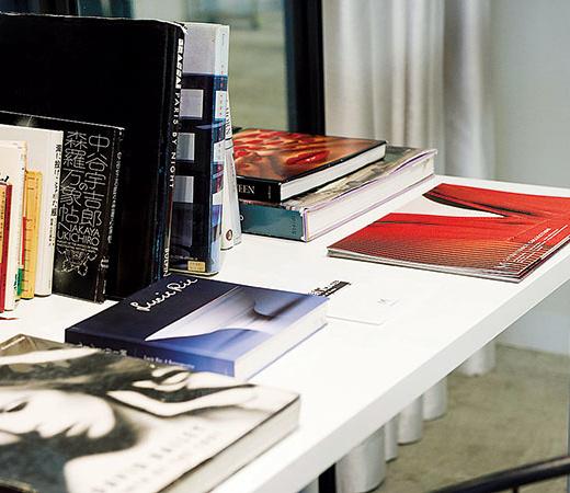 入り口付近には、インスピレーション源の書籍やアート本とともにルックブックも。