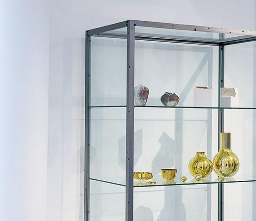 上段には陶芸家、打田翠と白石陽一の花瓶。下段には真鍮メーカー、カール・オーボックのスクルツナの器や花瓶が並ぶ。購入可。