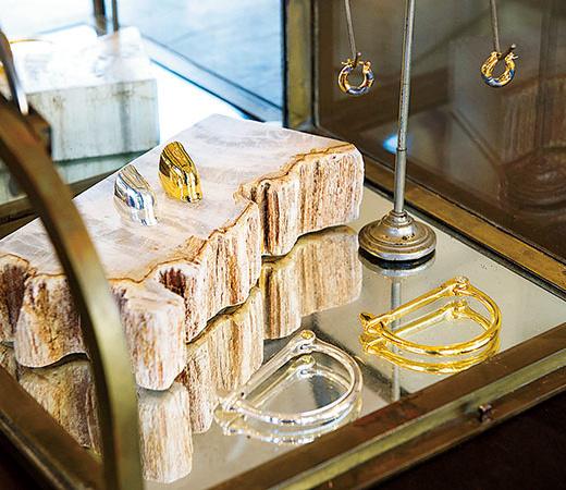 オリジナルのジュエリーはゴールドとシルバーを用意。