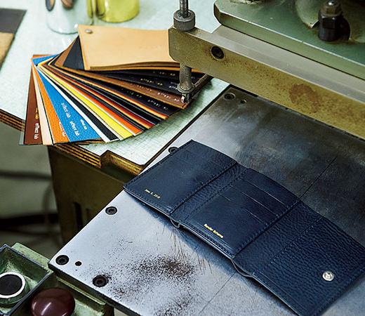 素押し、金箔、銀箔の3種類から好みを選ぶと、職人より受け継いだ50年前の機械を使って刻印してくれる。