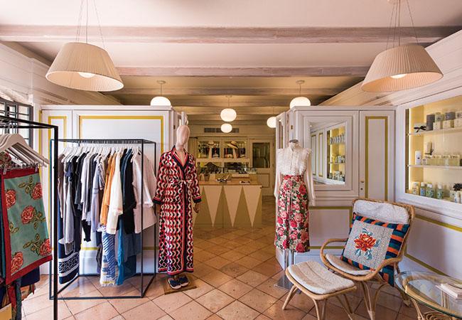 「旅先でも洗練された物が欲しいはず」とマリー・ルイーズが言うように、洋服からアクセサリー、キャンドルなどが並ぶイル ペリカーノのブティック。ここでしか手に入らない人気ブランドとのコラボも。