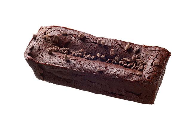 ガトーショコラ レクタングル¥2,700。濃厚でチョコレートのテリーヌのようなバータイプ。別添えのキャラメリゼしたカリカリ食感の「カカオニブ」をお好みで。