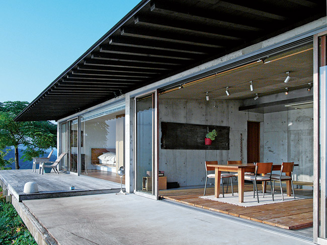 リビングやベッドルームが横に並んだ平屋。家具はオーナーの水本雄二さんが自宅用にと集めた、デザイナーのものや海外で買い付けたもの。