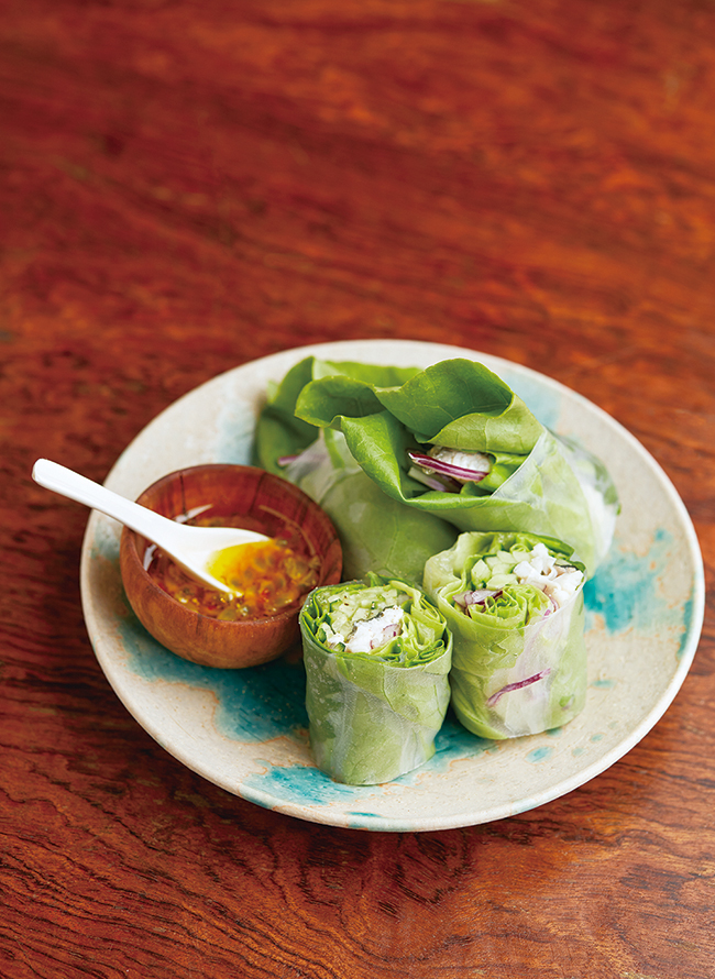 「スズキのソテーときゅうりの生春巻き」(¥900)。和とエスニックが融合した、パッションフルーツのソースで夏らしく。