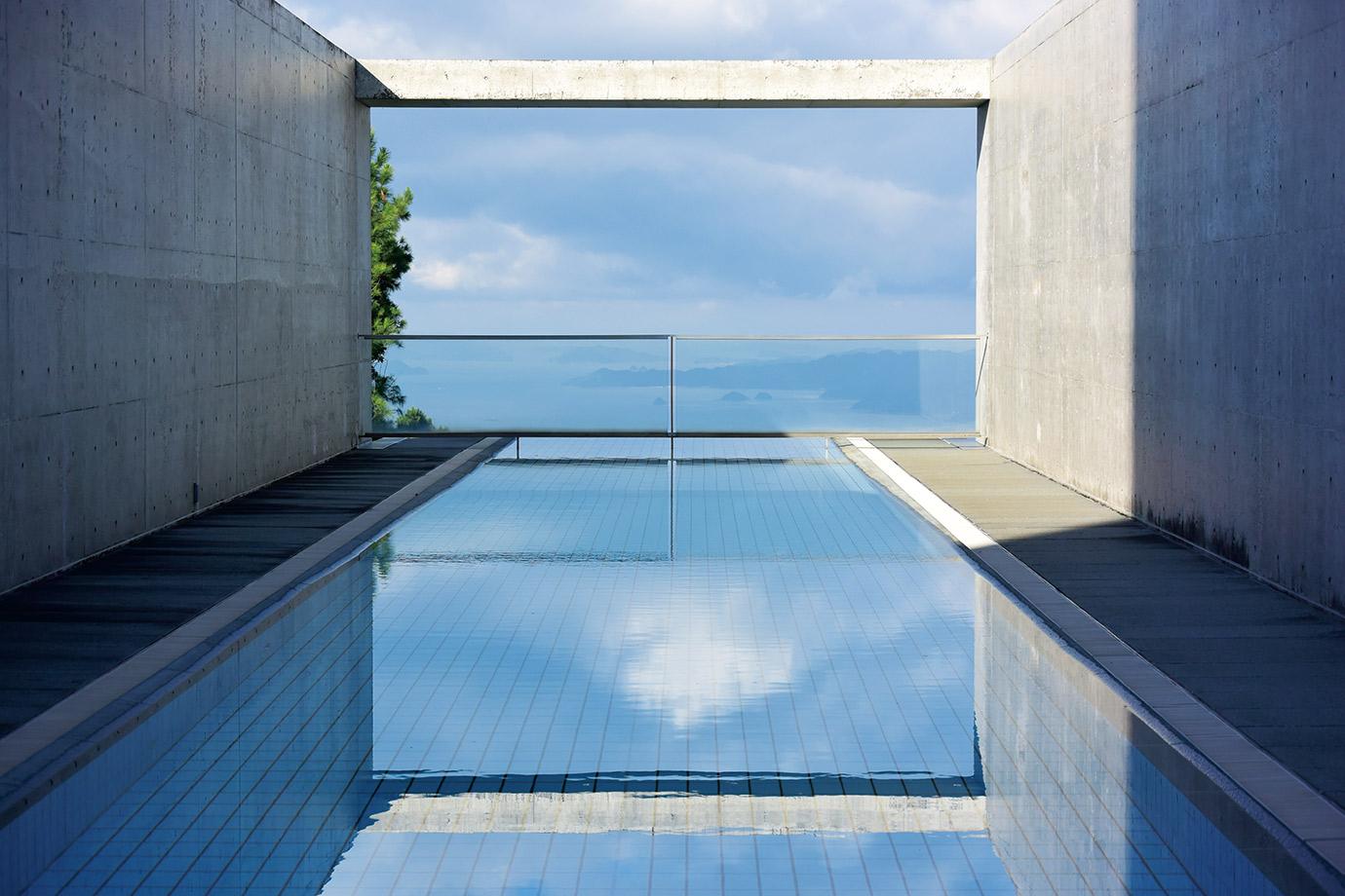プールの水面と海がつながる「ザ・ブルー」。インドアプールや温泉ジャグジー、スパなどの施設もある。