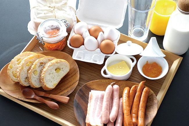 自分たちでグリルする葉山産食材の朝食も楽しみ。
