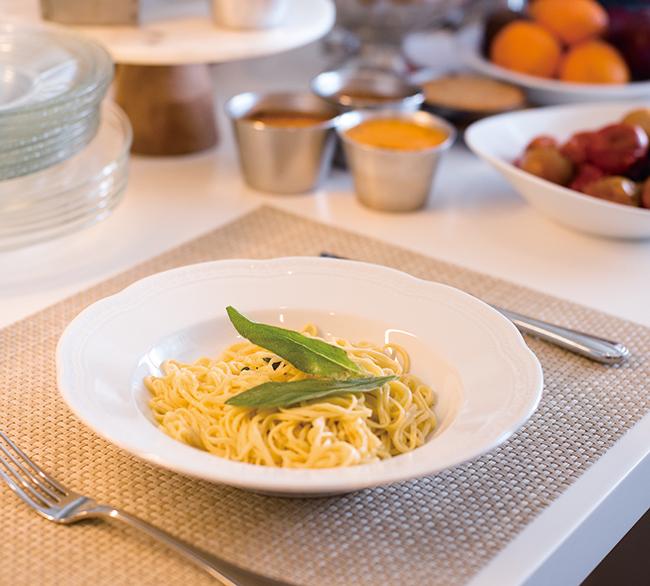 手打ちのタリオリーニに、摘んできたばかりのセージを使ったバターソースを絡めて。パスタの絶妙な塩加減と濃厚なバター、そして主役はフレッシュなセージの香り。シンプルだからこそストレートに食材の力を感じる一皿。タリオリーニ セージバター(¥1,600)/MANNA